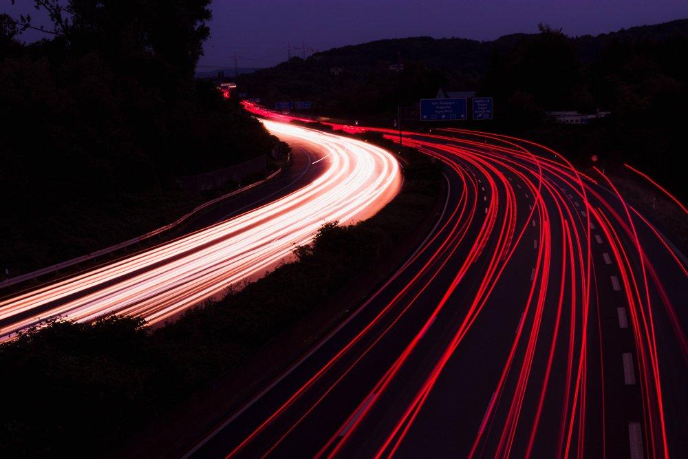 Apprendre la photographie - Trainée de phares de voiture